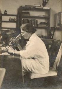Доктор Люси Уиллс за работой (Индия)